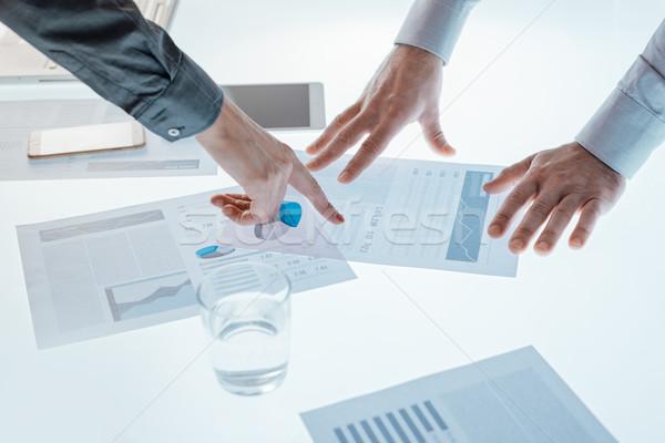 Ludzi biznesu finansowych danych sprawozdanie wskazując Zdjęcia stock © stokkete