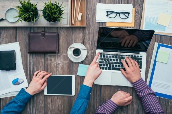 Foto stock: Negócio · trabalho · em · equipe · parceiros · de · negócios · mesa · de · escritório · usando · laptop