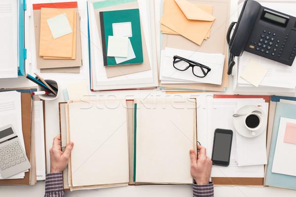 Impiegato iscritto scartoffie documenti cartella completo Foto d'archivio © stokkete