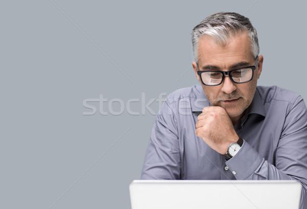Stok fotoğraf: Işadamı · çalışma · dizüstü · bilgisayar · profesyonel · gözlük