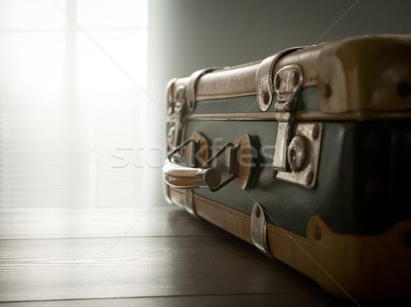 Utazás klasszikus bőrönd asztal utazás mozog Stock fotó © stokkete