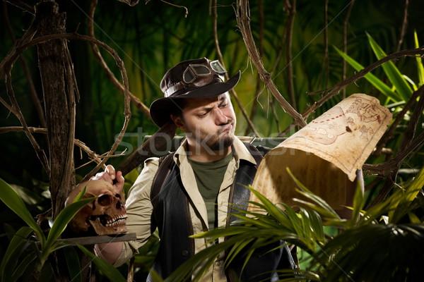 丟失 探險者 叢林 舊地圖 頭骨 商業照片 © stokkete