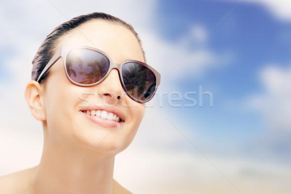Giovani moda modello occhiali da sole femminile sorridere Foto d'archivio © stokkete