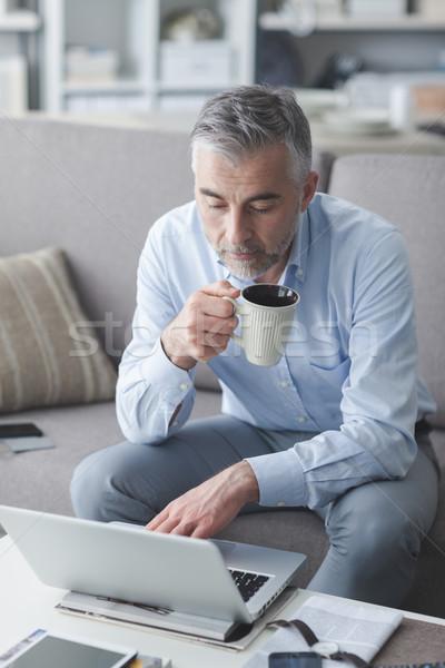 Stockfoto: Zakenman · koffiepauze · ontspannen · home · woonkamer · vergadering