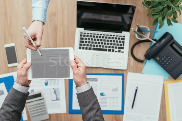 Ludzi biznesu cyfrowe tabletka spotkanie biuro podpis Zdjęcia stock © stokkete