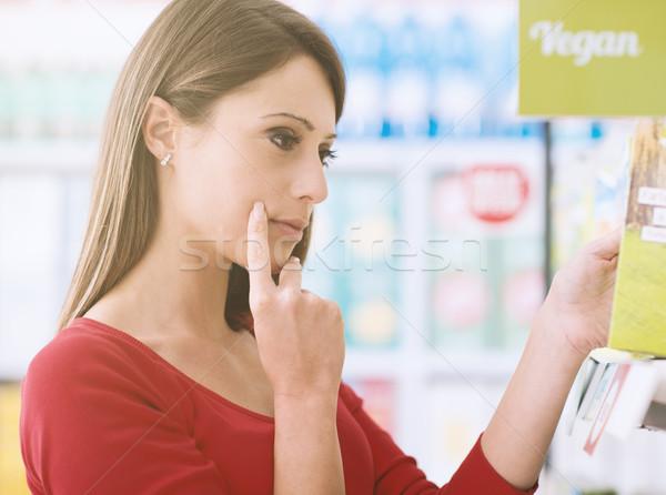 Femme produits jeune femme supermarché tablettes Photo stock © stokkete