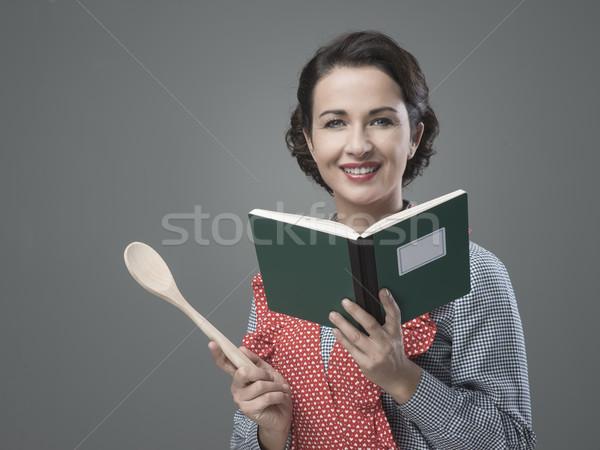 Vintage kobieta książka kucharska uśmiechnięty otwarte Zdjęcia stock © stokkete