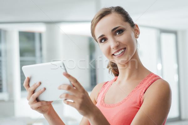 Glimlachend tienermeisje tablet cute digitale Stockfoto © stokkete