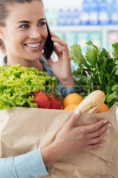 Telefoon roepen supermarkt mooie jonge vrouw kruidenier Stockfoto © stokkete