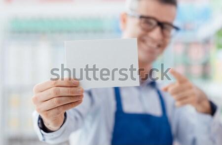 Supermarkt werknemer lege kaart glimlachend witte Stockfoto © stokkete