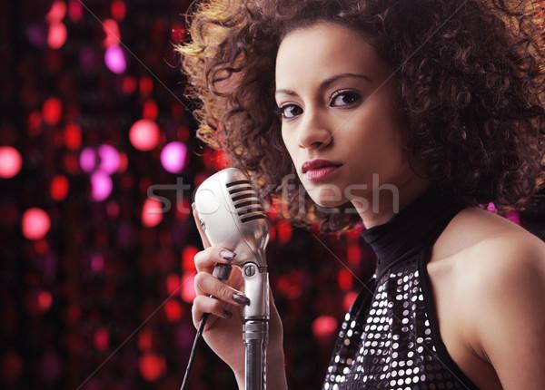 Młodych rock star kobiet piosenkarka brązowy kręcone włosy Zdjęcia stock © stokkete