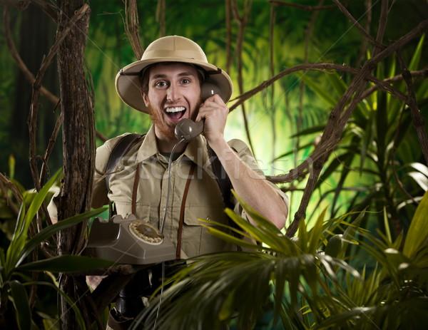 Wildernis communicatie jonge retro ontdekkingsreiziger telefoongesprek Stockfoto © stokkete