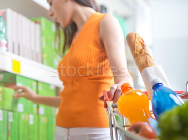 Stockfoto: Vrouw · kiezen · producten · supermarkt · jonge · vrouw