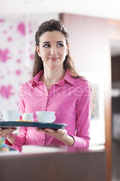 Stock fotó: Fiatal · derűs · pincérnő · kávézó · gyönyörű · adag