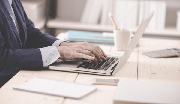 Profi üzletasszony munka kapcsolódik laptop gépel Stock fotó © stokkete