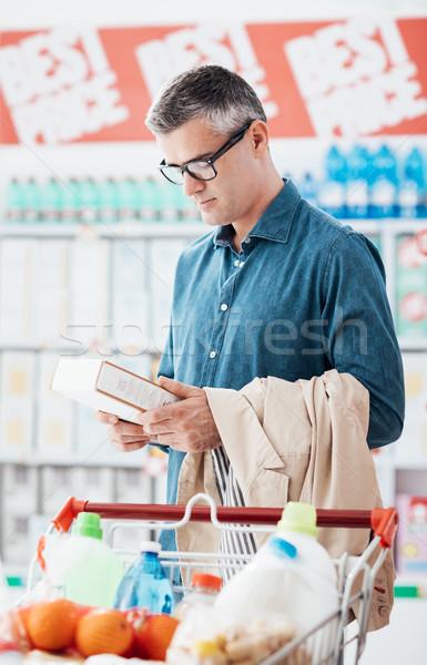 Adam okuma gıda etiketler bakkal alışveriş Stok fotoğraf © stokkete