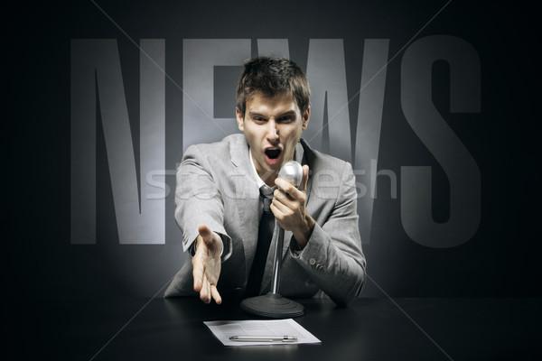 Hírek gesztusok munka mikrofon sikoly portré Stock fotó © stokkete