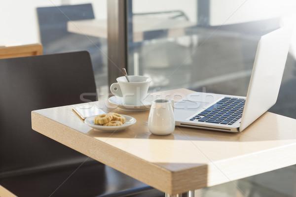 Tabel cafe beker koffie cookies laptop Stockfoto © stokkete