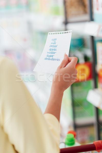 Photo stock: Femme · lecture · Shopping · liste · épicerie · supermarché