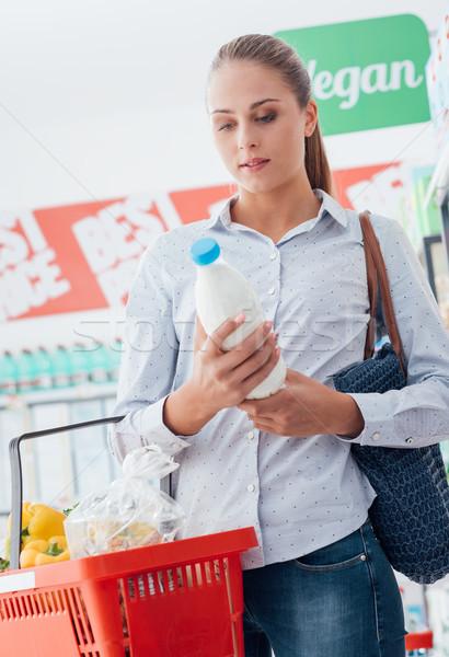 Zdjęcia stock: Kobieta · czytania · odżywianie · fakty · zakupy · supermarket