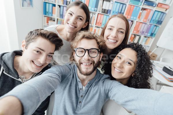 Vrienden samen studenten glimlachend saamhorigheid Stockfoto © stokkete