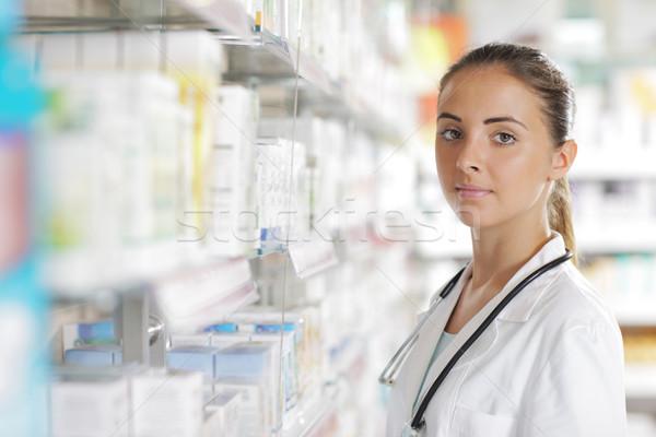 Сток-фото: портрет · улыбающаяся · женщина · фармацевт · аптека · окружающий · медицинской