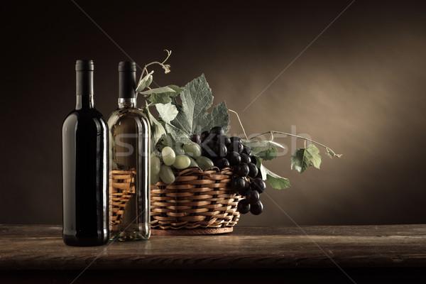 Borkóstolás gyümölcs csendélet bor üvegek szőlő Stock fotó © stokkete