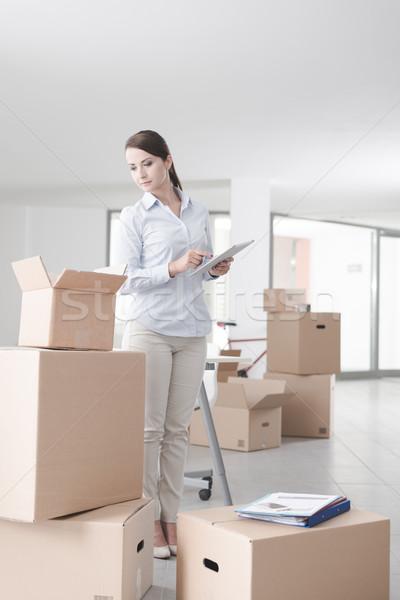 üzletasszony mozog új iroda karton dobozok Stock fotó © stokkete