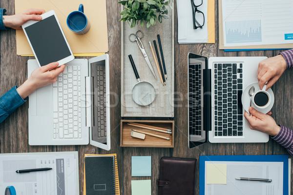 Elfoglalt irodai dolgozók üzletemberek dolgozik iroda laptopot használ Stock fotó © stokkete