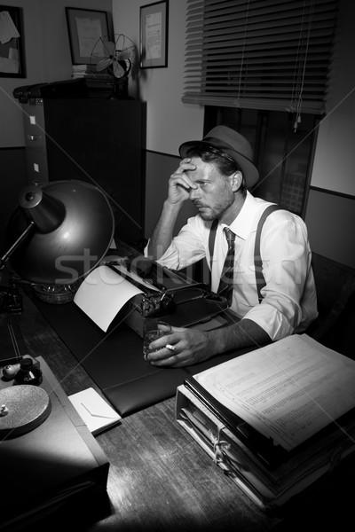 Kimerült riporter dolgozik késő éjszaka dohányzás Stock fotó © stokkete