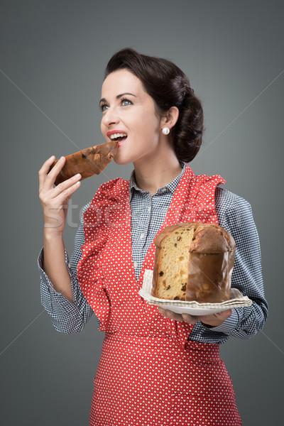 Mujer delantal comer vintage rebanada tradicional Foto stock © stokkete