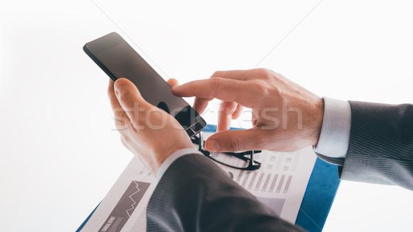 üzletember okostelefon okostelefon kezek közelkép felismerhetetlen személy Stock fotó © stokkete
