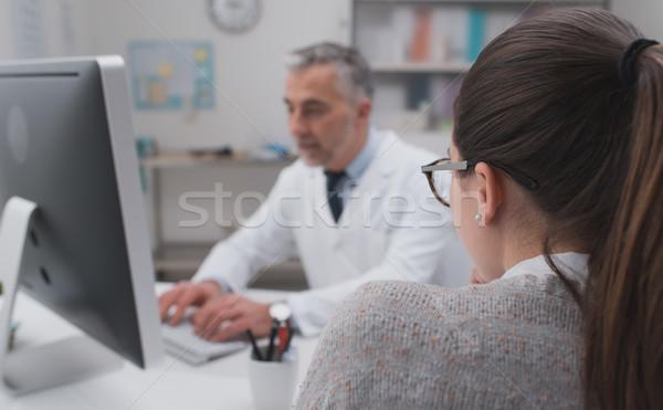 Arts werken computer kantoor patiënt typen Stockfoto © stokkete