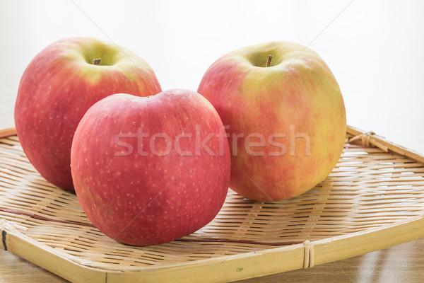 Zdjęcia stock: Czerwone · jabłko · koszyka · charakter · owoców · tle
