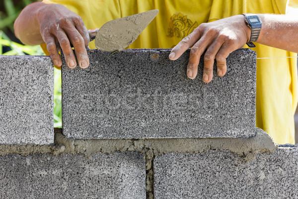 Murarz w dół inny rząd cegieł Zdjęcia stock © stoonn