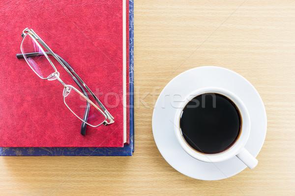 Café mesa de madeira óculos copo vermelho livro Foto stock © stoonn
