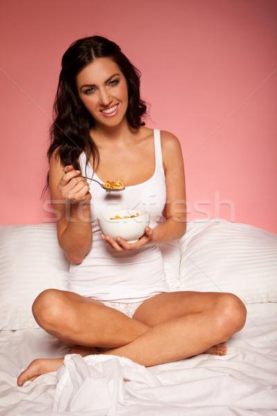 Kahvaltı yatak gülen çekici esmer yeme Stok fotoğraf © stryjek