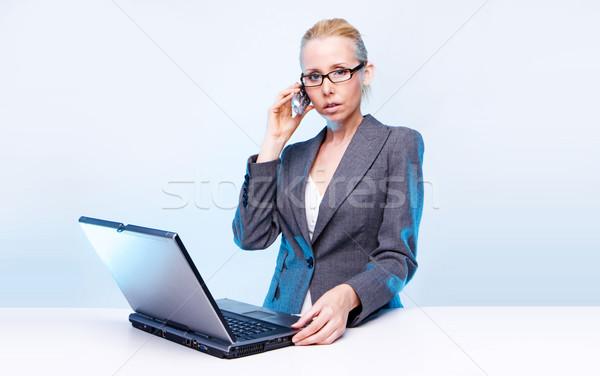 Stockfoto: Blond · zakenvrouw · met · behulp · van · laptop · computer · mobiele · telefoon · haren