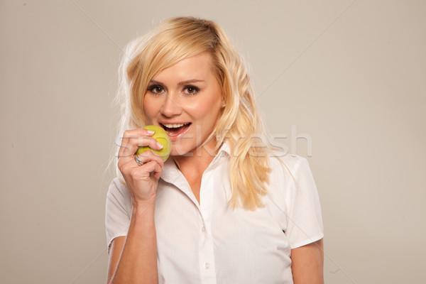 Blonde vrouw bijten groene appel aantrekkelijk voedsel Stockfoto © stryjek
