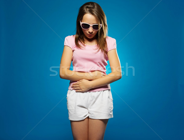 Jovem dor de estômago barriga mãos olhando para baixo piso Foto stock © stryjek