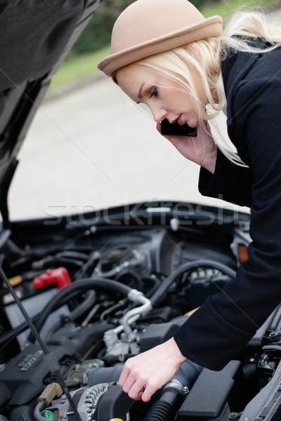 Kobieta przydrożny wsparcie podziale w dół samochodu Zdjęcia stock © stryjek