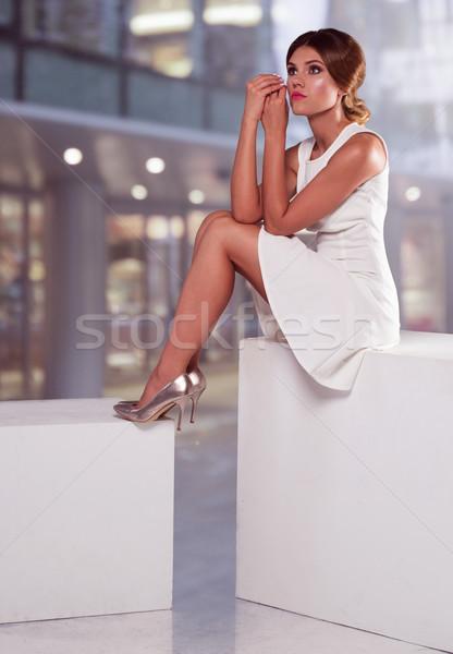 Elegant femeie rochie de culoare alba bruneta modă Imagine de stoc © stryjek