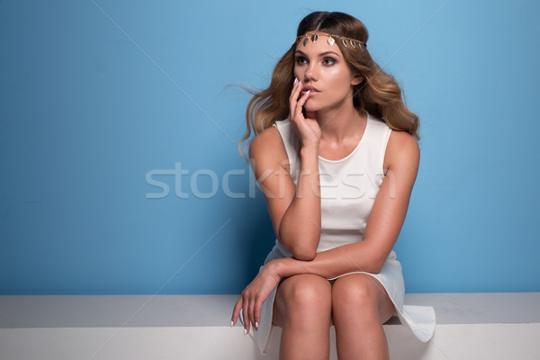 Pretty woman rochie de culoare alba retro femeie albastru Imagine de stoc © stryjek