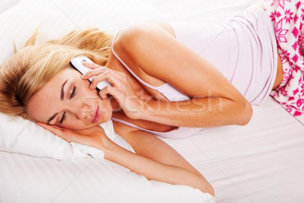 Somnolent femme coup de téléphone lit téléphone portable téléphone Photo stock © stryjek