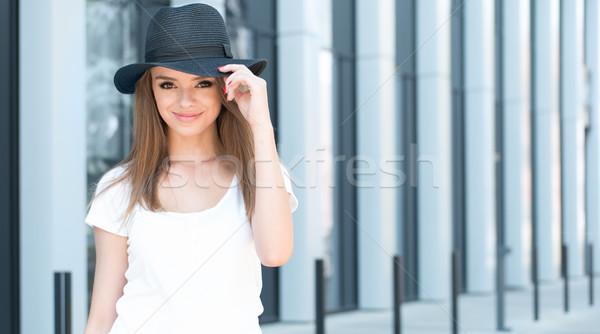 Ziemlich stylish Frau lächelnd Kamera Hälfte Körper Stock foto © stryjek