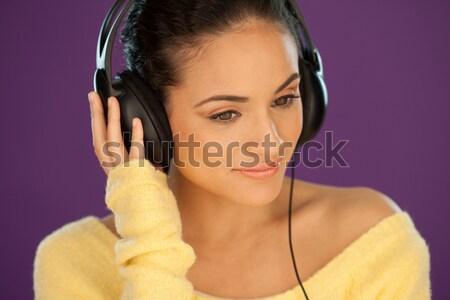 Lächelnde Frau genießen Musik stylish schöne Frau tragen Stock foto © stryjek