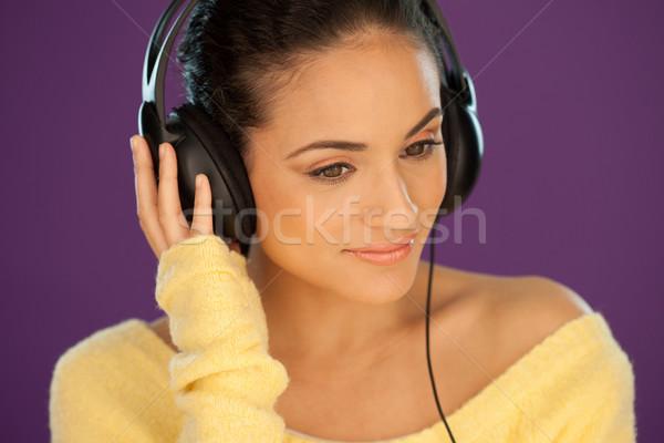 Foto stock: Bela · mulher · ouvir · música · estéreo · fones · de · ouvido · roxo