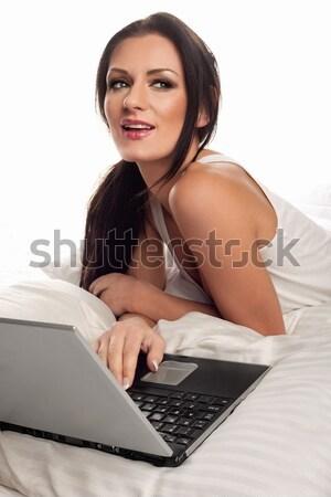 Gyönyörű nő laptopot használ ágy gyönyörű fiatal barna hajú Stock fotó © stryjek