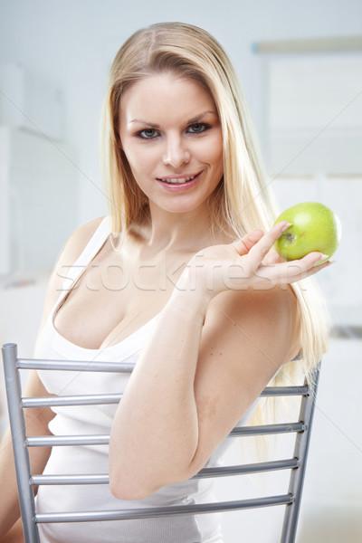 Zdrowa dieta młoda kobieta świeże zielone jabłko uśmiech Zdjęcia stock © stryjek