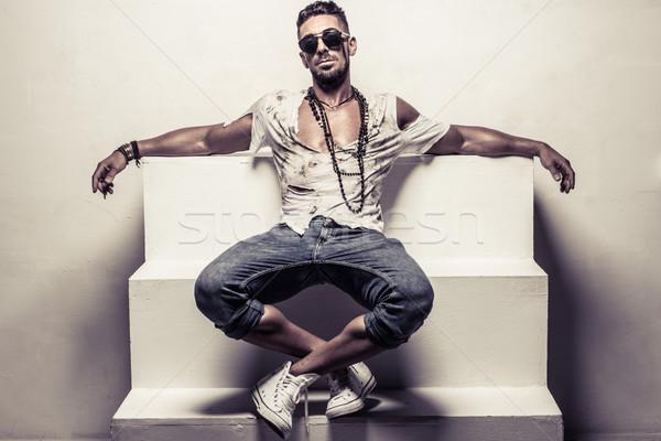 Férfi visel napszemüveg ül lépcső teljes alakos Stock fotó © stryjek
